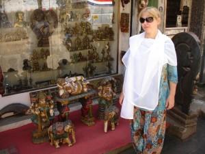 Моя супруга в лавке с сувенирами (Махабалипурам).