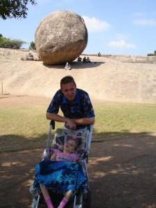 С дочкой на фоне падающего камня в Махабалипураме