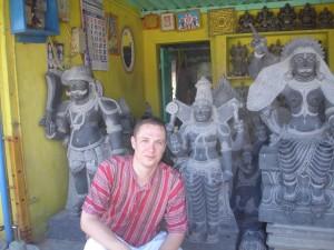 Я в лавке, продающей поделки из камня (Махабалипурам).