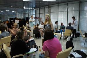 Участники тренинга бизнес-тренеров тренируются